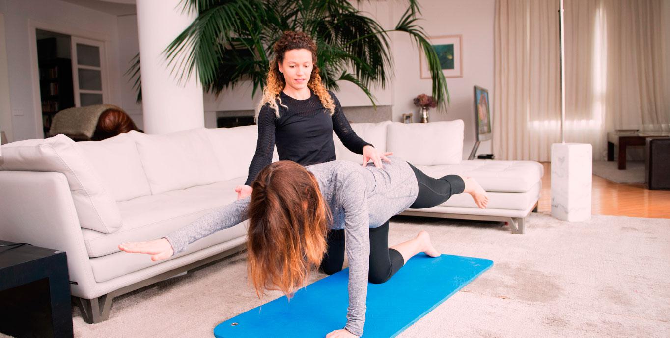 Fátima Gómez haciendo ejercicios con embarazada